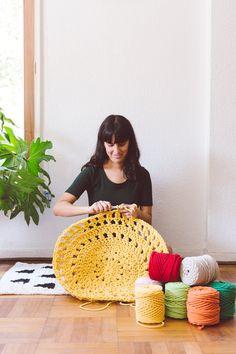 Javi de La Tejería, tejiendo una alfombra a crochet con cotton air. Straw Bag, Knit Crochet, Knitting, Cotton, Bags, Trapillo, Tejidos, Handbags, Tricot