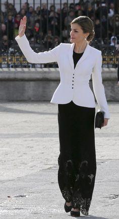 Reina Letizia, falda bordada Richeliu