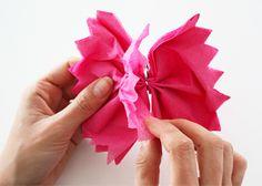 Zo maak je een prachtige bloem van een papieren servet! #moederdag #knutselen