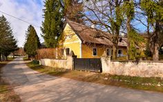 Cottage Homes, Shop Signs, Cabin, House Styles, Home Decor, Travel Advice, Viajes, Decoration Home, Room Decor