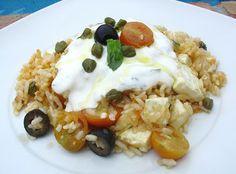 ARROZ GRIEGO  Ingredientes: 2 vasitos de arroz Redondo Brillante, queso fresco, 8 tomates cherri, 1 lata pequeña de aceitunas negras sin hueso, alcaparras, albahaca fresca, aceite de oliva, ajo, sal.