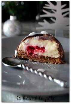 Dômes au chocolat et dacquoise à la noisette Mini Desserts, White Chocolate Desserts, Chocolate Fruit Cake, Desserts For A Crowd, Christmas Desserts, Just Desserts, Chocolate Dome, Dessert Simple, Homemade Granola Bars