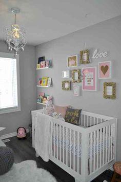 chambre de bébé avec des murs en gris clair