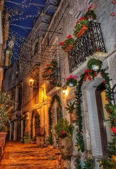 Christmas In Italy, Christmas Scenery, Christmas In The City, Cosy Christmas, Christmas Feeling, Christmas Time Is Here, Christmas Pictures, Beautiful Christmas, Christmas Lights