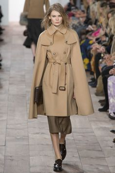READY-TO-WEAR FALL/WINTER 2015-2016 Michael Kors Show 38 - Caped camel coat