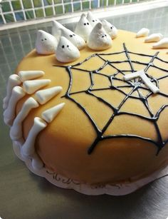 Fingers are made in sugarpaste, merengue ghost's Halloween Cakes, Halloween Pumpkins, Scary Cakes, Novelty Cakes, Party Themes, Tart, Food And Drink, Sugar, Cookies