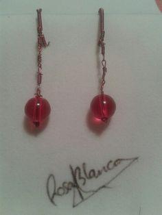 Pendientes de cobre y cristal rojo. Diseño propio. Rosa Blanca.