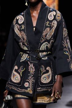 Christian Dior Spring 2021 Ready-to-Wear collection, runway looks, beauty, models, and reviews. Dior Fashion, Fashion Week, Paris Fashion, Fashion Brands, Fashion Beauty, Fashion Show, Womens Fashion, Christian Dior, Vogue Paris