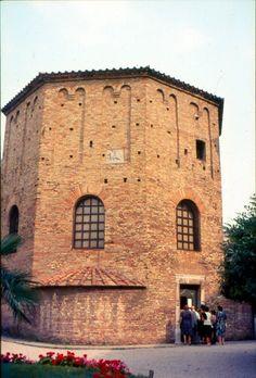 Batistério neoniano de Ravenna. Itália. Desde 1996 é um Patrimônio Mundial da Humanidade, segundo a UNESCO. Foi considerado o melhor e mais completo exemplo sobrevivente de batistério dos primeiros tempos do Cristianismo.  – Wikipédia, a enciclopédia livre.