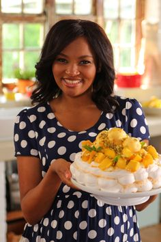 The Food Network's Siba Mtongana shares her delicious, decadent pavlova with us. It's also simple, so you can impress your guests with minimal effort! South African Desserts, South African Recipes, Sibas Table Recipes, Passion Fruit Sorbet, Baked Omelette, Cookies And Cream Cheesecake, Pavlova Recipe, Mango Sorbet, Vegetarian Cheese