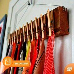 Olha só que ótima ideia para pendurar roupas atrás da porta: é só usar uma superfície de madeira arame e pregadores! #qgdioficial #organização #diy by qgdioficial