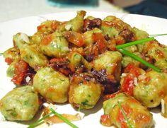 Nhoque de Inhame com rucula ao mollho de tomates e azeitonas