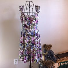 Size 8 Nine West Floral Weekend Dress Pre-loved 97 Cotton/3 Spandex Sleeveless Dress. All measurements are laid flat. Bust 18 inches/waist 15 inches/length 38 inches. A-line.. Will always flatter your hips!!  Nine West Dresses