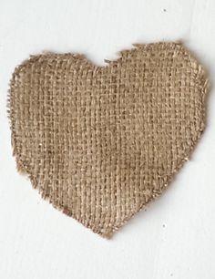 Een hartje van jute. Het jute is afkomstig van hergebruikte koffiezakken. De randen zijn gestikt om rafelen verder te voorkomen.