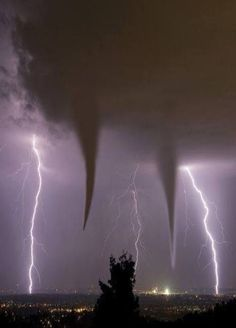 Twin Tornadoes - Oklahoma - Great shot with the double tornados and the 2 lightning strikes All Nature, Science And Nature, Amazing Nature, Tornados, Thunderstorms, Natural Phenomena, Natural Disasters, Natur Wallpaper, Amazing Photography