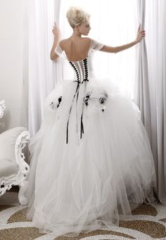 Steam Punk Wedding Gown definitely the dress I want four my wedding Black Wedding Dresses, Gorgeous Wedding Dress, Wedding Dress Styles, Beautiful Gowns, Black White Weddings, Big Dresses, Dresses 2013, Beautiful Beautiful, Yellow Wedding