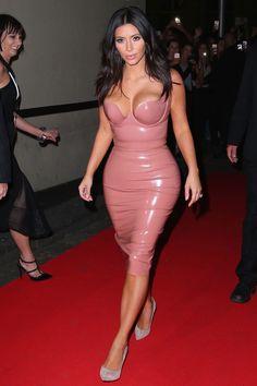 Vestido de látex é febre graças a Nicola Peltz e as irmãs Kardashian