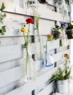 I want this when I have grand babies so when they pick my flowers they have a pretty place to go ~ DIY Fence with vases - Schutting met vaasjes Kijk op Diy Fence, Backyard Fences, Fence Art, Fence Ideas, Garden Crafts, Garden Projects, Dream Garden, Flower Wall, Diy Flowers