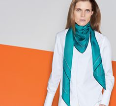 Le Carré Hermès Maxi-pointe in silk twill. Play with your Hermès scarf with the Silk Knots app! hermes.com/silkknots #Hermes #Silk #SilkKnots