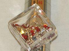Bague réglable avec cube de verre rempli de strass rouge : Bague par pawscrea