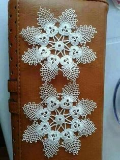 This Pin was discovered by HUZ Crochet Snowflake Pattern, Crochet Flower Tutorial, Crochet Snowflakes, Crochet Motif, Crochet Designs, Crochet Doilies, Crochet Flowers, Crochet Lace, Crochet Stitches