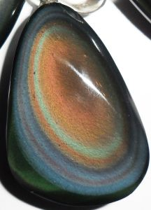 L'obsidienne œil céleste est une des pierres les plus importantes en lithothérapie, son pouvoir est le plus manifeste. L'Obsidienne arc-en-ciel, aussi appelé Œil Céleste, est une pierre rare que l'on retrouve dans les gisements du Pérou, du Mexique et des États-Unis. On lui attribue le pouvoir de repousser les attaques psychiques et occultes. C'est la…