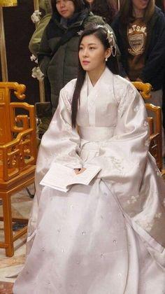Korean Traditional Dress, Traditional Fashion, Traditional Dresses, Korea Dress, Dong Yi, Empress Ki, Ha Ji Won, Old Dresses, Medieval Dress