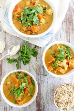 Dieses Süßkartoffel und Blumenkohl Thai Curry ist so lecker und intensiv im Geschmack, dass man gar nicht glaubt, dass es vegan oder glutenfrei ist.