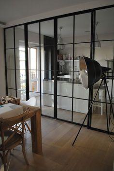 Separar espacios con carpinteria de hierro y cristal