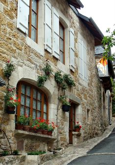 Day 1 of a long-distance walk from Martel to Rocamadour in France ends in the 'most beautiful village' of Turenne. Let's explore - and learn where to stay, what to see (visit the ruins of the medieval château) plus practical tips for planning the perfect itinerary! #walkingholidayinfrance