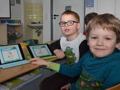 Lernen mit dem iPad: Niklas und Emil aus der Elefantenklasse gehen schon gut mit ihrem Tablet um.