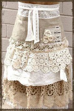 I love aprons, and I also love doilies and lace! ~ What a wonderful apron idea! I think it would make a beautiful shabby chic skirt too! Sewing Aprons, Sewing Clothes, Diy Fashion, Ideias Fashion, Shabby Chic, Cute Aprons, Linen Apron, Moda Boho, Aprons Vintage