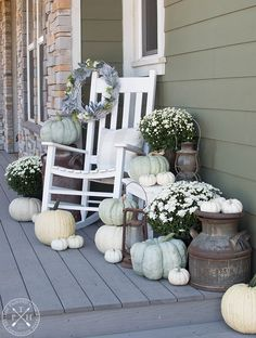 Best Farmhouse Fall Decor Inspiration - A huge collection of Farmhouse fall decorating ideas that are completely on-trend, showcasing neutral color palettes with natural materials. The Best Farmhouse Fall Decor Inspiration - A huge coll. Fall Door Decorations, Decoration Christmas, Thanksgiving Decorations, Fall Home Decor, Autumn Home, Farmhouse Front Porches, Decoration Bedroom, Porch Decorating, Decorating Ideas