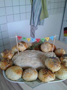 Birthday bread and buns. Geburtstagsbrot und Brötchen.