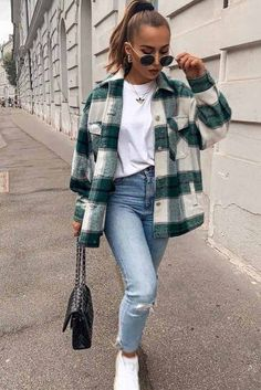Hunter green & white plaid jacket, white t-shirt, faded skinny jeans, black shoulder bag, white tennies ideen Trendy Fall Outfits, Hipster Outfits, Mode Outfits, Outfits For Teens, Stylish Outfits, Trendy Fashion, Petite Fashion, Jean Outfits, School Outfits