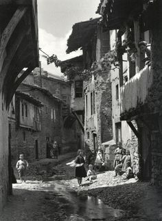 Frederic Francois Boisson was the first foreign photographer in Greece. He spent three decades taking photos of Greece's villages and landscapes. Old Photos, Old Pictures, Vintage Photos, Vintage Photography, Art Photography, Empire Ottoman, Greek History, Frederic, Parthenon