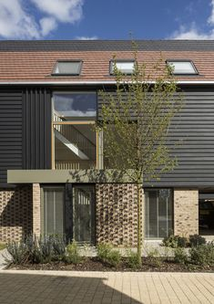Image 19 of 25 from gallery of Abode at Great Kneighton / Proctor and Matthews Architects. Courtesy of Proctor and Matthews Architects Brick Architecture, Contemporary Architecture, Residential Architecture, Patio Grande, Townhouse Designs, Suburban House, Exterior Cladding, Building Facade, Facade Design