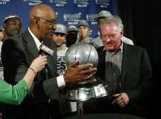 George Gervin entrega el trofeo de campeón de la conferencia Oeste a los San Antonio Spurs