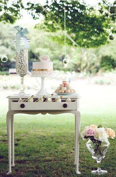 Olhem a delicadeza e o ar vintage dessa decoração de um Chá de Bebê no jardim. O resultado foi muitas mesas de dentro da casa colocadas no lado de fora pra ajudar na decoração. Vocês já pensaram ni...