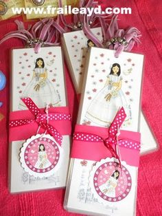 Marcapáginas plastificados con lazo de terciopelo y bola de angelito. Más formatos en http://mamamultitarea.blogspot.com.es/2014/01/recordatorio-formatos-marcapaginas.html www.fraileayd.com