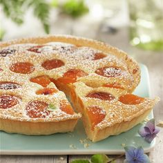 Tarta de almendras y albaricoques Buttercream Cupcakes, Fondant Icing, Apricot Tart, Apricot Recipes, British Desserts, Chicken Salad Recipes, Cakes And More, Sweet Tooth, Bakery