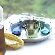 朝から晩まで、毎日使いたいグラス。北欧イッタラの定番【カルティオ】タンブラー | folk Buy Glasses, Plates, Ceramics, Tableware, Kitchen, Grass, Tile, Color, Photography