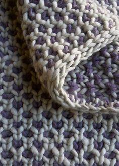 Tæppe i vævestrik til barnevognen eller barnesengen. Det er let at gøre det større. Her er anbefalet ren uld, men jeg tror, det ville være fint i bomuld også. Læs mere ...