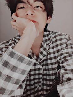 The fact that a wholeass Taehyung actually exists Taehyung Selca, Daegu, My Boo, Taekook, Bts Bangtan Boy, Jimin, V Bts Cute, V Bts Wallpaper, Bts Lockscreen