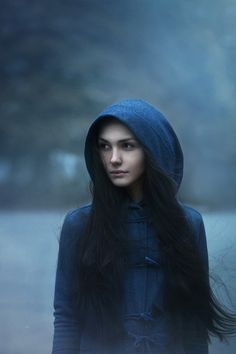 this is what I imagine Safia to look like: long black hair and blue eyes, kinda mysterious =]