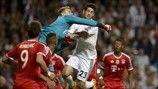 El guardameta del Bayern Manuel Neuer despeja una ocasión de Isco