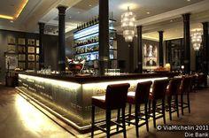"""Einer der Hotspots der Stadt! Kein Wunder, denn die Kassenhalle im 1. OG des einstigen Bankgebäudes von 1897 ist eine beeindruckende Location. Es gibt z. B. """"gebratenes Filet von der Meeräsche"""" oder """"Tunasashimi"""". Bar mit Brasserie-Karte."""