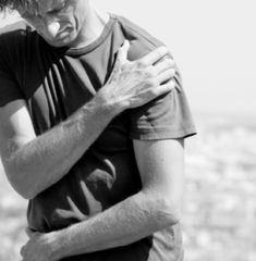 Do I Have Frozen Shoulder? Symptoms, Causes and Treatment