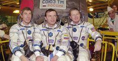 27.out.2015 - A história tripulada da ISS começou no dia 2 de novembro de 2000, quando a Soyuz TM-31 se acoplou ao laboratório orbital com seus primeiros três moradores, os cosmonautas russos Yuri Gidzenko e Serguei Krikalev, e o astronauta americano William Shepherd