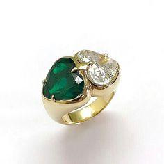 Double hearts ❤️ ❤️ @faraonemennella_official 18kt gold emerald and diamond ring #faraonemennella #bergdorfs #emeralds #muzo #oneofakindjewelry #unique #hearts #high-jewelry